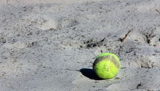 Beach Tennis, racchetta e pallina sulla sabbia