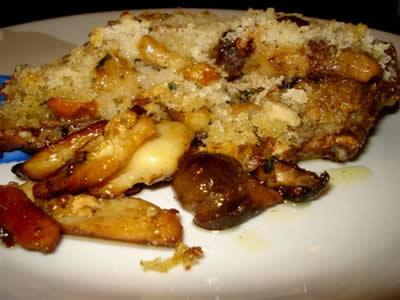 Costine di maiale con funghi porcini in crosta di pane
