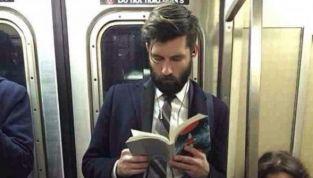 Hot Dudes Reading, la nuova moda di fotografare bei ragazzi mentre leggono