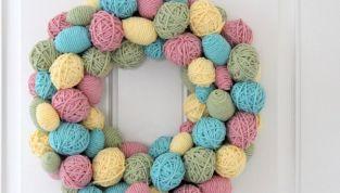 Ghirlanda di uova di Pasqua rivestite di lana