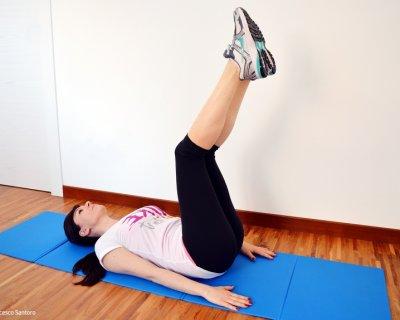 Addominali con sollevamento del bacino per scolpire l'addome
