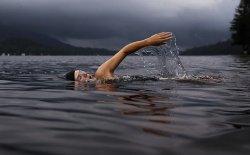 Tonifica le braccia con il nuoto divertendoti