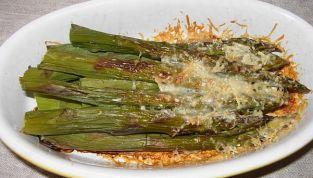 Asparagi al forno gratinati, croccantezza primaverile
