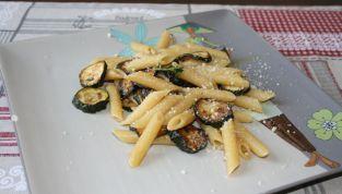 Pasta con zucchine fritte, un piatto della tradizione siciliana