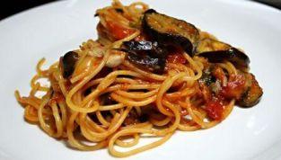 Spaghetti con melanzane e pomodoro crudo