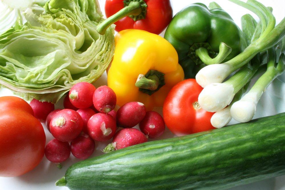Verdure fresce per insalata