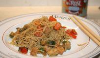 Noodles di riso con pollo e verdure