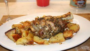 Stinco di maiale al forno con patate, un piatto tipico del Natale in Montagna