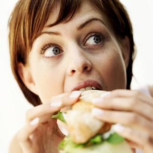 Mangiare un panino in pausa pranzo