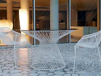 ... esterno. Infatti, sui tavoli e le sedie da esterno, ha realizzato dei