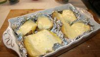 Patate al cartoccio con formaggio raclette, un contorno delizioso