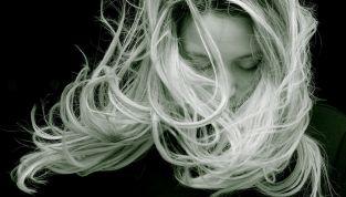 Asciugare i capelli senza phon: ecco come fare