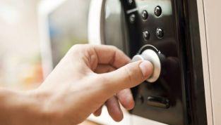 Cose da non mettere assolutamente nel forno a microonde