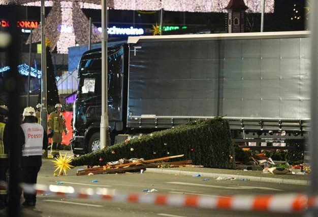 Berlino, Camion sulla folla al mercatino di Natale. La polizia: