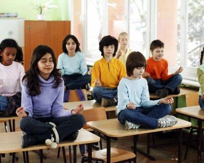 Yoga nelle scuole italiane: la nuova proposta del presidente Gentiloni