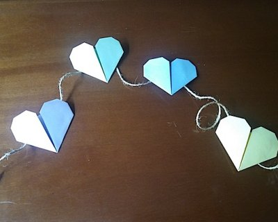 Regalo per la maestra? Una ghirlanda di cuori in origami!