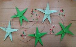 Decorazioni natalizie: ghirlanda di stelle in origami