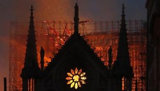 Notre Dame in fiamme, la cattedrale è parzialmente distrutta