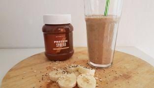 Frullato proteico con banana, avena, cioccolato e semi di chia