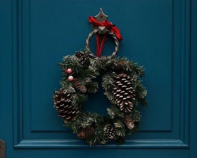 Ghirlande di natale fai da te per porte di ingresso e finestre - Decorazioni natalizie per porte e finestre ...