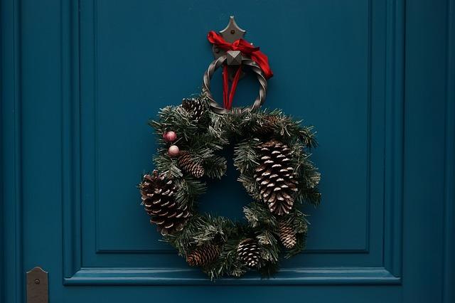 Come appendere una ghirlanda di Natale su una porta
