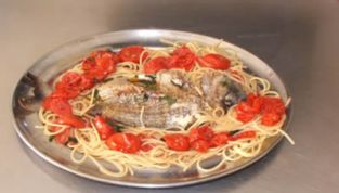Sarago al cartoccio con spaghetti