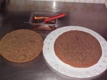Pan di spagna al caffè tagliato a metà