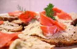 Antipasto per San Valentino: tartine al salmone