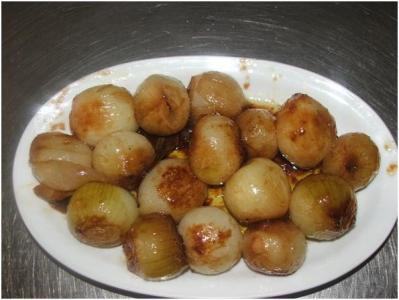 a questo punto potete disporre i cipollotti in un piatto da portata e servire a tavola sia caldi che freddi come antipasto o contorno si abbinano bene ad