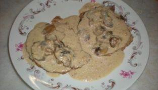 Arrosto di lonza con funghi in salsa vellutata