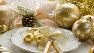 Tavola di Natale bianca e oro: come apparecchiarla?