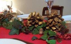 Come apparecchiare la tavola di Natale con le pigne