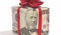 Dirigente d'azienda regala soldi ai dipendenti