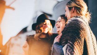 Come vestirsi alla festa della donna: consigli per un look impeccabile