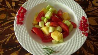 Insalata colorata con ananas