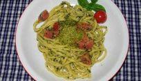 Spaghetti pesto leggero e pomodoro
