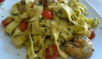 Tagliatelle all'uovo con pesto, pomodorini e code di gamberi