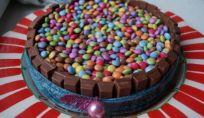 Torta di Carnevale Kit Kat e Smarties