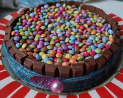 Torta di carnevale al cioccolato nutella kit kat e smarties for Decorazione torte con smarties