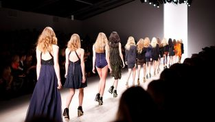 Sfilate Milano terza giornata: Moschino, Versace, Etro e Blumarine