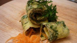 Rotolini di frittata con ciuffi di carote
