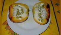 Peperoni ripieni vegetariani con riso, piselli e mozzarella