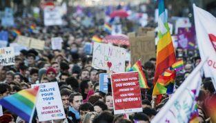 Francia, sì a matrimoni e adozioni per le coppie gay