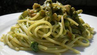 Spaghetti asparagi e noci con pesto al prezzemolo