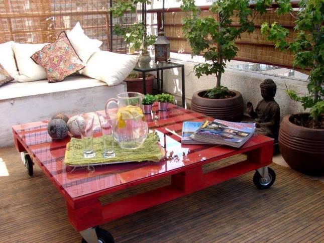 Un tavolino ampio e pratico da spostare, grazie alle quattro ruote ...