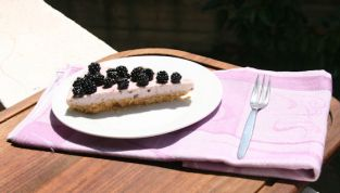 Torta allo yogurt e more selvatiche