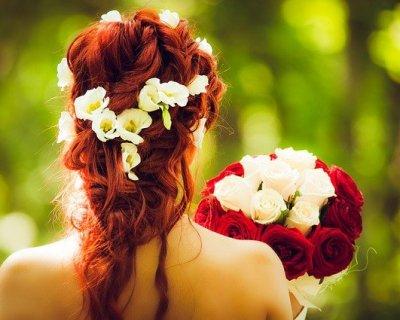 Capelli in fiore: la moda delle corone di petali sulla testa