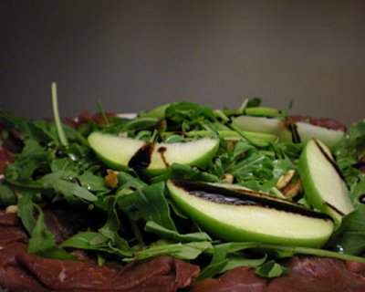 Carpaccio di manzo con mele verdi e noci