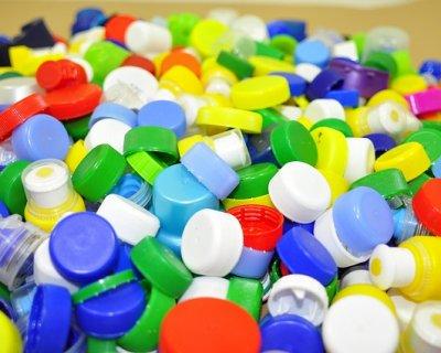 Decorazioni di natale a costo zero con i tappi di plastica for Addobbi natalizi scuola