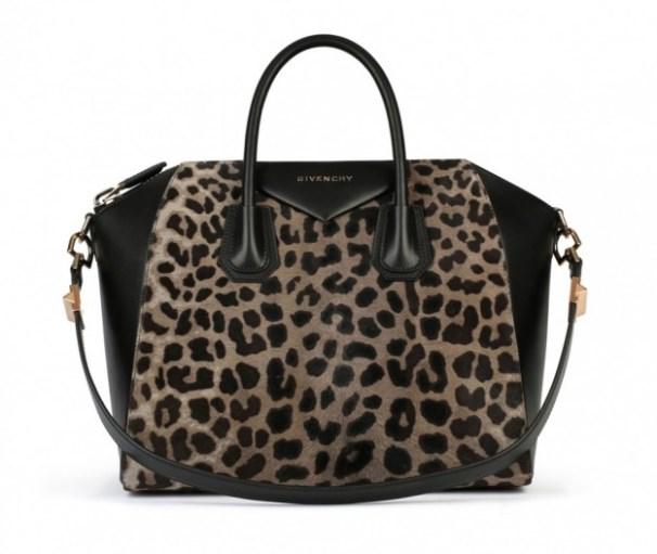 6678e81190 Si chiama Antigona bag ed è uno dei grandi classici della famosa maison  Givenchy. È una handbag dotata anche di pratica tracolla.